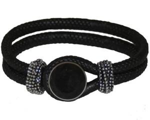 Sort armbånd med sort smykke