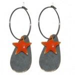 Grå dråbe øreringe med orange stjerne vedhæng 116.146