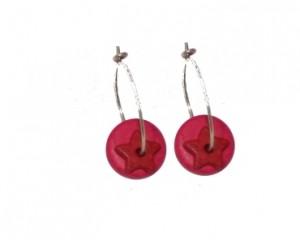 Creol øreringe med runde røde vedhæng i keramik samt stjernevedhæng i mørkerød online