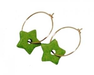 Øreringe med grønne stjernevedhæng i keramik på guldfarvede creoler online