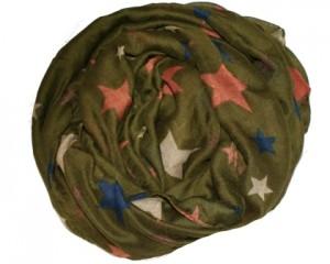 Grønt tørklæde med stjerner i forskellige farver og størrelser