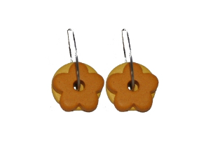 Creol øreringe med rundt keramikvedhæng i gul og et blomstervedhæng i gul. Vedhæng til øreringene er lavet af keramik.