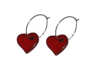 Øreringe med glaserede hjertevedhæng i rød
