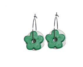 Creol øreringe med runde hvide keramikvedhæng og grønne blomstervedhæng