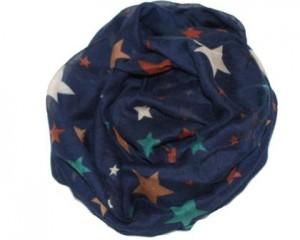 Stort blåt tørklæde med stjerner i forskellige farver