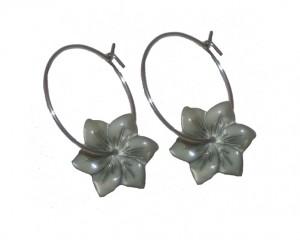 Blomstervedhæng i grå perlemor på creol øreringe i Smikkas webshop