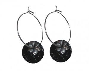Creol øreringe med buede sorte runde skalle vedhæng og gråt blomstervedhæng
