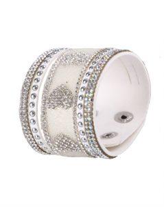 Hvidt armbånd i bredt design med hjertemønster lavet af små skinnende sten