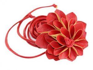 Bælte i rød med smuk stor blomst