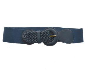 Mørkeblå elastikbælte med flet ved spændet. Et skønt bælte i et lækkert design og god kvalitet
