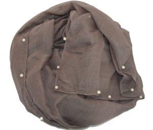 Ensfarvet tørklæde i grå med perler