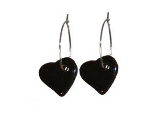 Køb dine julegaver online hos Smikka. Smukke sorte hjerteøreringe i keramik