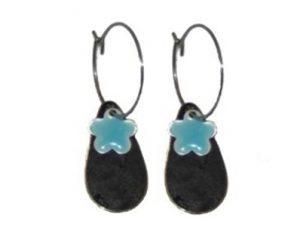 Køb øreringe på tilbud med dråbeformet vedhæng og blå blomst