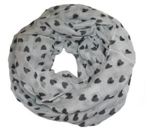 Hvidt tubetørklæde med små sorte hjerter