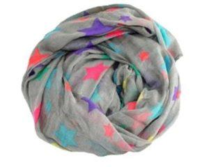 Stort blødt tørklæde i grå med neonfarvede stjerner. Bestil nu og køb billigt under januar udsalg 2017