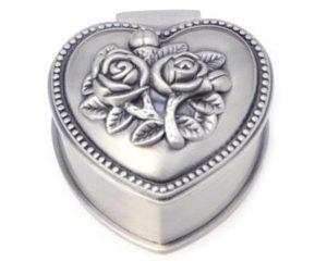 Hjerteformet smykkeskrin med rose på låget