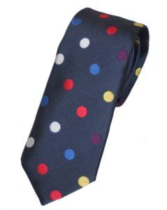 Mørkeblå slips med prikker i forskellige farver