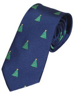 Et juleslips i mørk blå med grønne juletræer