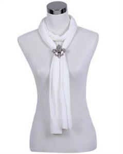 Hvidt tørklæde med smykke