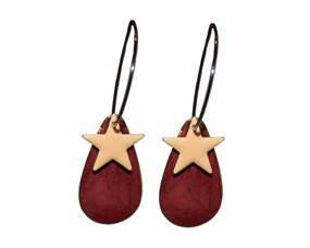 Øreringe i rød med stjernevedhæng. Dråbeformet ørering i rød med stjernevedhæng