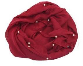 Perletørklæde Smikka. Mørkerød tørklæde med perler