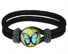 Armbånd med smykke designet med sommerfugl