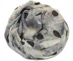 Batiktørklæde i grå med polkaprikker i sort