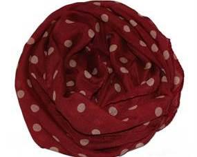 Bordeaux rødt tørklæde med prikker