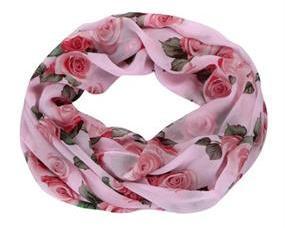 Blomstret_tørklæde_Tubetoerklaede_lyseroed_roser_blomstermotiv